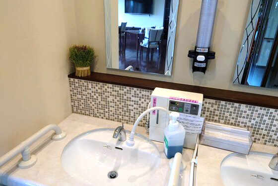 手洗いには電解消毒水設備を取り入れています